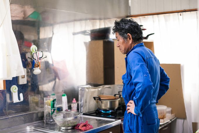 木の芽を調理する滝沢博さん