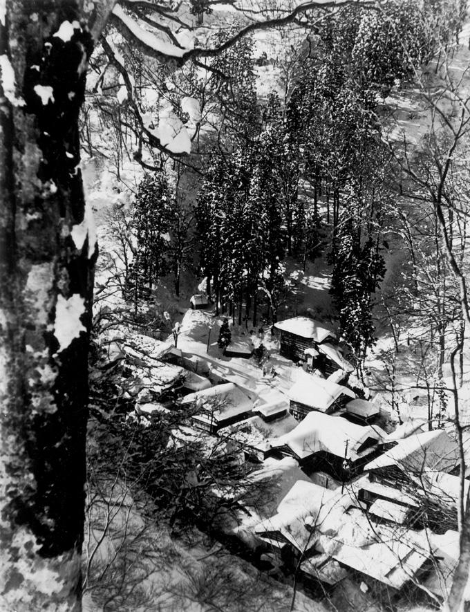 雪にすっぽりと包まれた温泉街